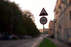Señal de tráfico con límite de velocidad en muy la calle de la ciudad en la puesta del sol Bl Imagen de archivo