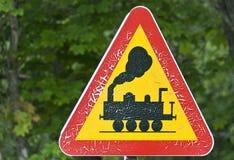 Señal de tráfico con la advertencia de las locomotoras de la travesía Foto de archivo libre de regalías