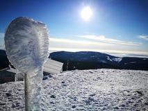 Señal de tráfico congelada en la montaña imagen de archivo