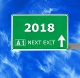 señal de tráfico 2018 contra el cielo azul claro foto de archivo libre de regalías
