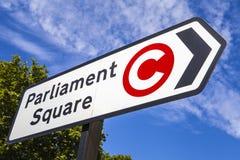 Señal de tráfico cuadrada del parlamento en Londres Imagenes de archivo