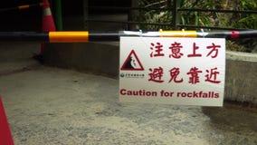 Señal de tráfico de cuidado sobre el peligro de rocas que caen en el parque nacional de la garganta de Taroko en Taiwán Precaució almacen de video