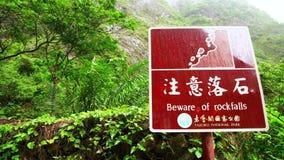 Señal de tráfico de cuidado sobre el peligro de Rockfall en el parque nacional de la garganta de Taroko en Taiwán Precaución del  almacen de metraje de vídeo