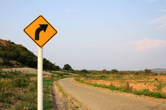 Señal de tráfico curvada de camino Imagen de archivo libre de regalías