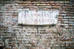 Señal de tráfico de Decumanus Maximus en Roma, Italia Imágenes de archivo libres de regalías