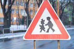 Señal de tráfico de la atención de estar cercano a la escuela en donde pueden los niños Imagen de archivo libre de regalías