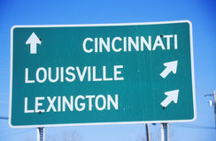 Señal de tráfico de la autopista sin peaje a Lexington, a Louisville, y a Cincinnati fotografía de archivo libre de regalías