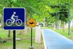 Señal de tráfico de la bicicleta en el camino Fotos de archivo libres de regalías