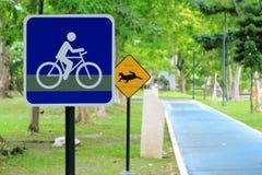 Señal de tráfico de la bicicleta en el camino Imagen de archivo libre de regalías