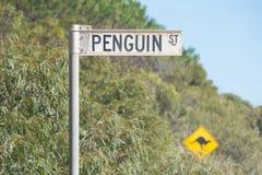 Señal de tráfico de la calle del pingüino Fotos de archivo libres de regalías