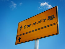 Señal de tráfico de la comunidad con la gente del grupo del icono. Imagenes de archivo