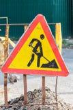 Señal de tráfico de la construcción en una calle Fotografía de archivo