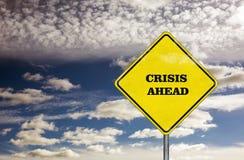 Señal de tráfico de la crisis a continuación y cielo azul Foto de archivo