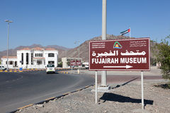 Señal de tráfico de la dirección del museo de Fudjairah Imágenes de archivo libres de regalías