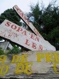 Señal de tráfico de la flecha en el bosque Foto de archivo libre de regalías