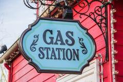 Señal de tráfico de la gasolinera Fotografía de archivo libre de regalías