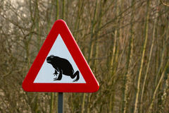 Señal de tráfico de la migración de la rana Imagen de archivo libre de regalías