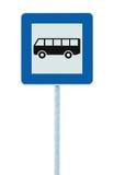 Señal de tráfico de la parada de autobús en el polo de los posts, señalización del tráfico del borde de la carretera, marco azul  Imagen de archivo libre de regalías