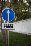 Señal de tráfico de la parada de autobús Muestra de la información Imágenes de archivo libres de regalías