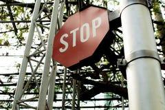 Señal de tráfico de la parada del rojo y del blanco Foto de archivo
