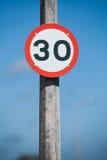 Señal de tráfico de la restricción de la velocidad Foto de archivo