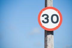 Señal de tráfico de la restricción de la velocidad Foto de archivo libre de regalías