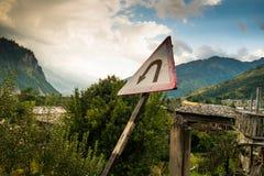 Señal de tráfico de la vuelta de U en el triángulo blanco en la manera al paso de Rotang, Himalaya Imágenes de archivo libres de regalías