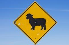 Señal de tráfico de las ovejas Imágenes de archivo libres de regalías