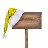Señal de tráfico de madera con el sombrero de Papá Noel aislado Foto de archivo