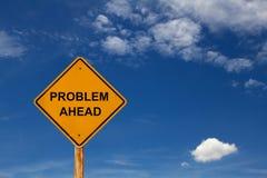Señal de tráfico de mensaje del problema a continuación con el cielo azul Imagenes de archivo