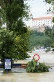 Señal de tráfico debajo del agua - inundación extraordinaria, en Danubio en Bratislava Fotografía de archivo