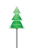 Señal de tráfico del árbol de pino Nevado con Feliz Navidad Foto de archivo