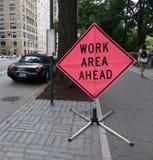 señal de tráfico del área de trabajo a continuación Imagen de archivo libre de regalías
