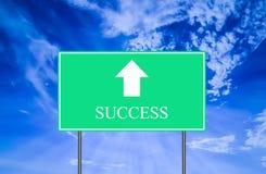 Señal de tráfico del éxito con el cielo azul Imagen de archivo libre de regalías