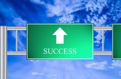 Señal de tráfico del éxito con el cielo azul Fotos de archivo