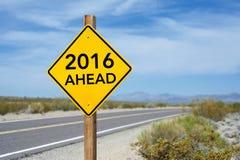 Señal de tráfico del Año Nuevo 2016 a continuación Foto de archivo libre de regalías