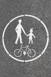 Señal de tráfico del carril de la bicicleta y del peatón pintada en el pavimento Imágenes de archivo libres de regalías
