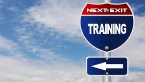 Señal de tráfico del entrenamiento con las nubes que fluyen