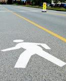 Señal de tráfico del hombre que camina en el edificio de oficinas Imagen de archivo