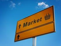 Señal de tráfico del mercado con las flechas y la cesta. Imágenes de archivo libres de regalías