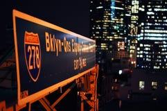 Señal de tráfico del puente de Brooklyn en la noche fotos de archivo