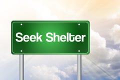 Señal de tráfico del verde del refugio de la búsqueda Fotos de archivo libres de regalías