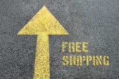 Señal de tráfico delantera amarilla con palabra del envío gratis en el asfalto Imagenes de archivo