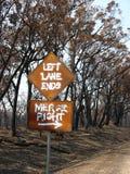Señal de tráfico después del bushfire Fotos de archivo