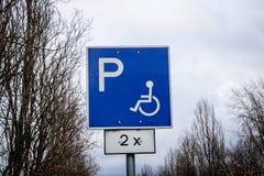 Señal de tráfico discapacitada del espacio que parquea fotografía de archivo
