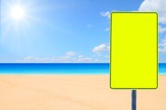 Señal de tráfico en blanco por un mar Fotos de archivo libres de regalías