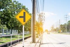 Señal de tráfico en el camino en el estado industrial, sobre safel del viaje foto de archivo