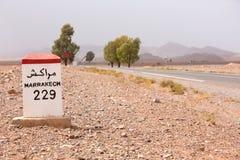 Señal de tráfico en el camino a Marrakesh en Marruecos Imagenes de archivo