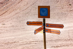 Señal de tráfico en el medio de un desierto Imagen de archivo libre de regalías
