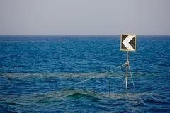 Señal de tráfico en el océano. Imagen de archivo